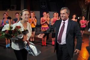 Панайот Рейзи благодари на Нешка Робева - Созопол; Откриване летен сезон 2011 1