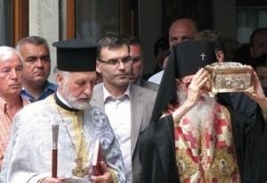 Епископът на Сливен Йоаникий води процесията с мощите на Св. Иван Кръстител в Созопол. Финансовият Министър Симеон Дянков е в центъра, а Проф. Попконстантинов е в ляво