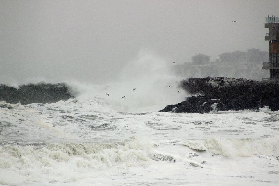 Морето отнася заведенията по плажа в Созопол 2